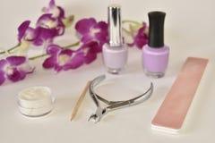 Manicure lub pedicure ustawiający na bielu z orchideą Zdjęcia Royalty Free