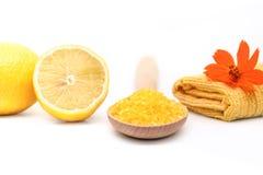 Manicure met gele overzeese zout en citroen wordt geplaatst die Kuuroord en wellnessse royalty-vrije stock foto