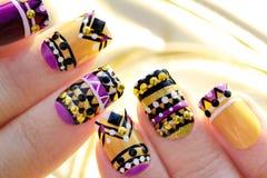 Manicure met kleurrijk etnisch ontwerp stock foto
