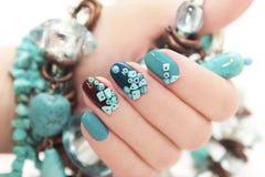 Manicure met parels en turkoois Stock Foto
