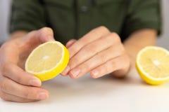 Manicure, mujer limpia sus clavos con el limón imagen de archivo libre de regalías