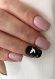 Manicure na delikatnych piórach Zdjęcie Royalty Free