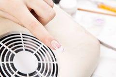 Manicure nel negozio di bellezza Chiodi del gel Fotografia Stock Libera da Diritti