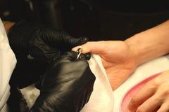 Manicure nel salone Primo piano ricoprente di fotografia della vernice del gel immagini stock libere da diritti