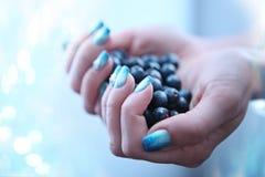 Manicure - piękna traktowania ładni robiący manikiur kobieta paznokcie fotografia Obraz Royalty Free