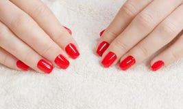 Manicure - piękna traktowania ładni robiący manikiur kobieta paznokcie z czerwonym gwoździa połyskiem fotografia Obrazy Stock