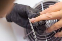Manicure professionale dell'hardware procedura per la preparazione delle unghie prima dell'applicazione dello smalto Mani del man fotografia stock libera da diritti