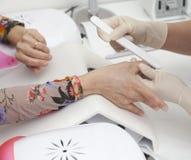 Manicure Prozess auf der weibliche Handfranzösischen Maniküre und machen Nagelextension Stockbilder