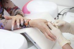 Manicure Prozess auf der weibliche Handfranzösischen Maniküre und machen Nagelextension Stockfotografie
