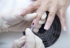 Manicure Prozess auf der weibliche Handfranzösischen Maniküre und machen Nagelextension Lizenzfreies Stockfoto