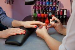 Manicure, rosso dello smalto per unghie Immagini Stock Libere da Diritti