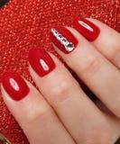 Manicure rosso festivo luminoso fotografia stock libera da diritti
