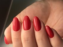 Manicure rosso perfetto della lucidatura del gel Fotografie Stock Libere da Diritti