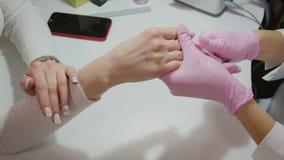Manicure, spijkerbehandeling in de salon stock video