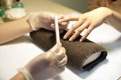 Manicure sul tovagliolo in stazione termale Immagini Stock