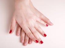 Manicure sulle mani femminili Fotografia Stock