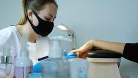 Manicure tijdens het werk Verwijdering van het oude vernis en spijker schoonmaken met nagelvijl stock fotografie