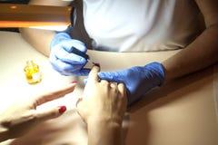 Manicure'u gwoździa farby kolor w salonie Obrazy Royalty Free