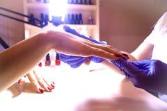 Manicure'u gwoździa farby kolor w salonie Obrazy Stock