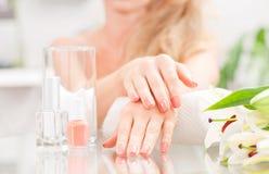 Manicure'u pojęcie Piękny woman& x27; s ręki z perfect manicure'em przy piękno salonem Obraz Stock