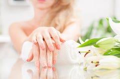Manicure'u pojęcie Piękny woman& x27; s ręki z perfect manicure'em przy piękno salonem Fotografia Royalty Free