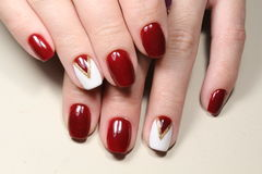 Manicure'u projekta biel i czerwień Zdjęcie Royalty Free