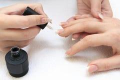 Manicure'u robić - kobiet ręki, zakrywać emalia Zdjęcia Royalty Free