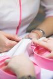 Manicure'u specjalista w piękno salonie Obraz Stock