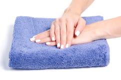 Manicure van handdoek de vrouwelijke handen royalty-vrije stock foto's