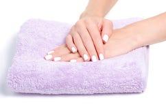 Manicure van handdoek de vrouwelijke handen royalty-vrije stock afbeeldingen