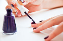 Manicure variopinto delle unghie Fotografia Stock