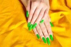 Manicure verde-claro em pregos reais imagem de stock