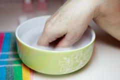Manicure voor een bejaarde De schoonheid van oude dag leeftijdshuid stock foto's