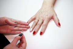 Manicure voor een bejaarde De schoonheid van oude dag leeftijdshuid stock foto