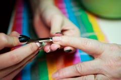Manicure voor een bejaarde De schoonheid van oude dag leeftijdshuid royalty-vrije stock fotografie