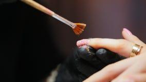 Manicure w piękno salonie kropi gwoździ cekiny - mistrz transakcje poleruje na gwoździach - zbiory wideo
