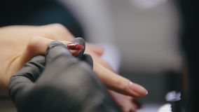 Manicure w piękno salonie - mistrz transakcje polerują na gwoździach zbiory