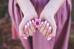 Manicure z brzoskwinia kwiatami zdjęcia royalty free
