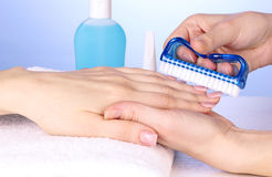 Manicurebehandling i salong Royaltyfri Fotografi