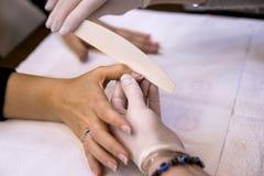Manicurebehandling i skönhetsalong Royaltyfri Fotografi