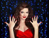 Manicured ногти Красивая девушка брюнет с здоровым вьющиеся волосы Стоковые Изображения RF