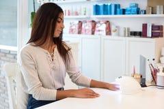 Manicured att använda för kvinna spikar i UV lampa royaltyfria bilder