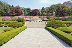 Manicured Garten um das Grab Lizenzfreie Stockbilder
