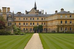 Manicured goed gazons bij Trinity College in Oxford stock afbeelding