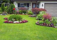Manicured hus och trädgård Arkivbilder
