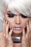 Manicured spikar. Ögonsmink. Blond flicka för mode. Skönhet Portrai arkivfoton