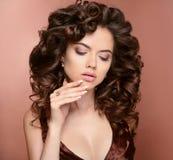Manicured spikar hår Härlig brunettflickamodell med skinande royaltyfri bild