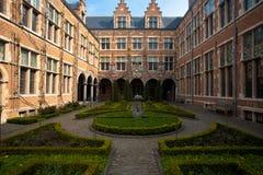 manicured trädgård för antwerp borggårdeuropean arkivbilder