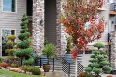 Manicuredhuis Front Yard met Topiary royalty-vrije stock fotografie