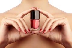 Manicuredspijkers met rood nagellak Manicure met heldere nailpolish Maniermanicure Glanzende gellak in fles Royalty-vrije Stock Foto's